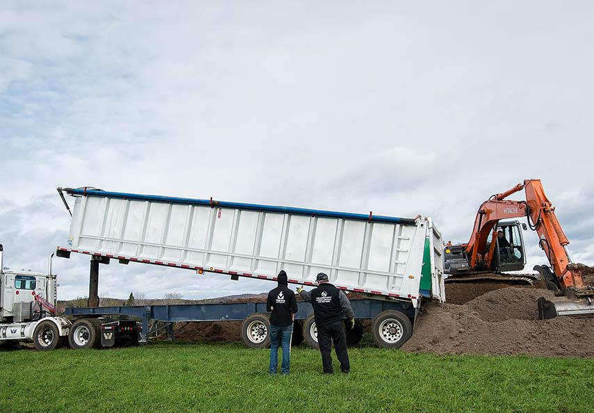Les équipes de techniciens agricoles et d'agronomes de Viridis s'assurent de la conformité des activités d'entreposage temporaire et d'épandage des MRF livrées à la clientèle agricole.