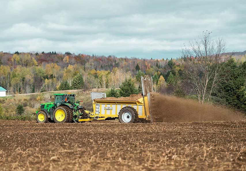La plupart des MRF organiques s'épandent avec les mêmes équipements que ceux utilisés pour épandre les fumiers de ferme. Les services de Viridis incluent l'épandage à forfait des matières, si nécessaire.