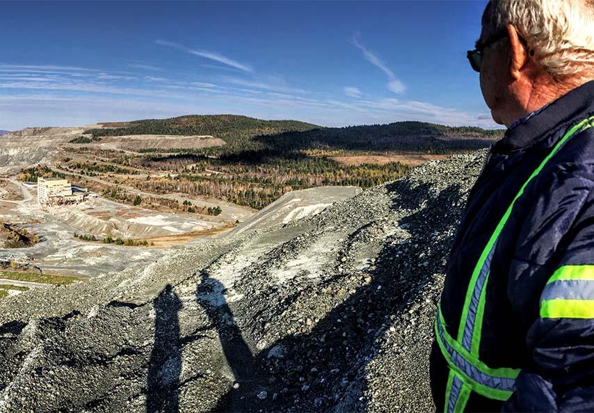 Une vue imprenable du site minier de Lab Chrysotyle qui permet de différencier les zones minières stériles des zones qui ont été revitalisées grâce aux MRF fournies par Viridis.