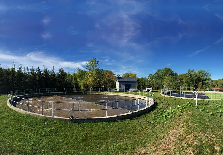 Viridis offre un service unique en son genre : la gestion liquide des biosolides municipaux produits en fosses aérées à paroi verticale. Aucune déshydratation des boues n'est nécessaire pour de tels projets.