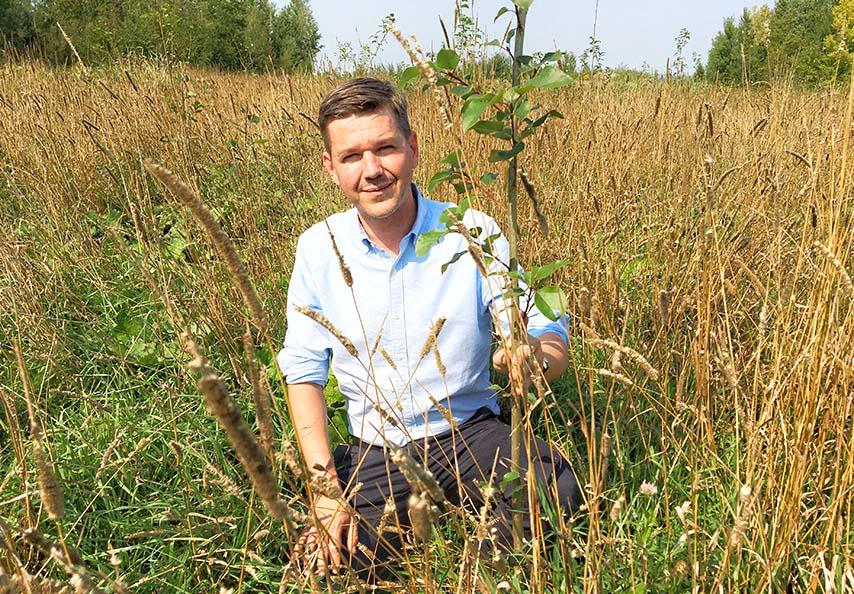 Les sols miniers stériles peuvent être revitalisés avec des MRF à un point tel que des arbres peuvent y être implantés. Simon Naylor, le co-fondateur de Viridis, montre fièrement un jeune peuplier planté dans le cadre d'un projet d'afforestation financé par le FRQNT et mené par le chercheur Nicolas Bélanger (TÉLUQ et Centre d'étude de la forêt) en collaboration avec Viridis.