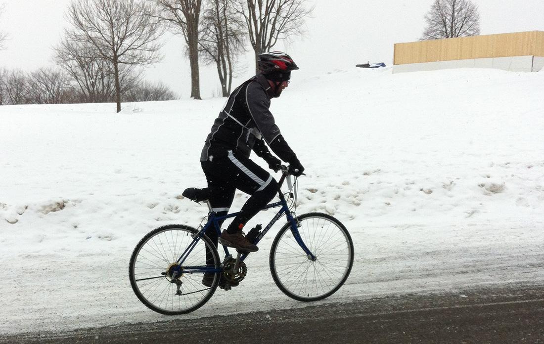 membre à vélo de l'équipe de Viridis au Pentathlon des neiges 2014
