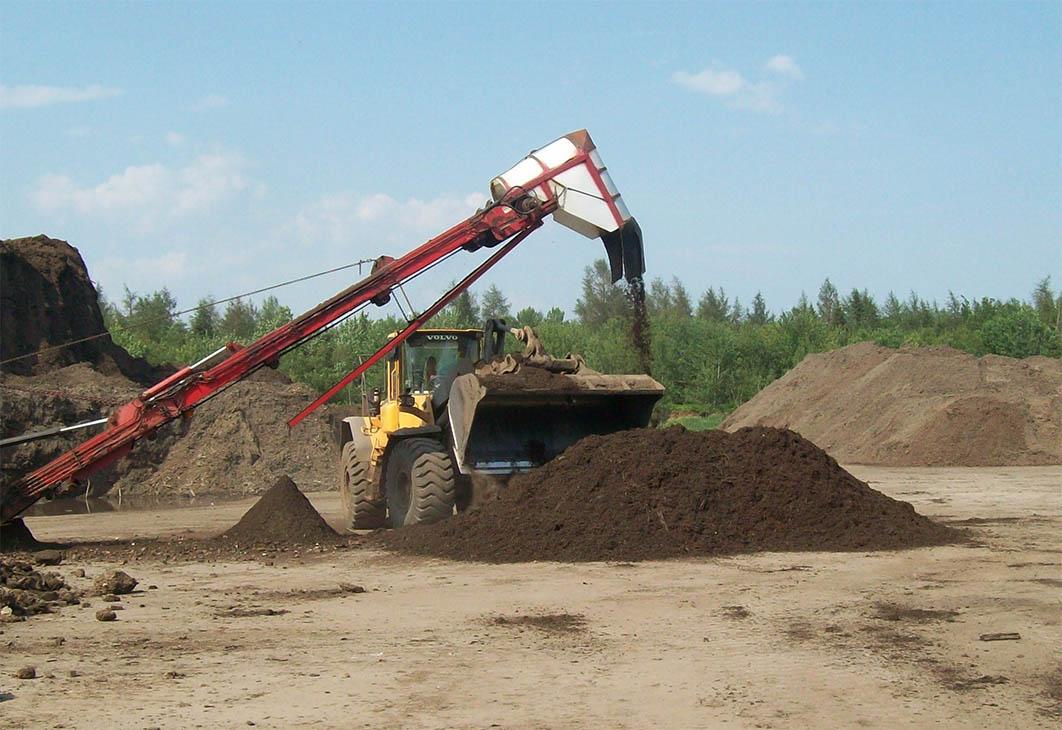 Les travaux de retrait du compost pour créer fertilisant agricole